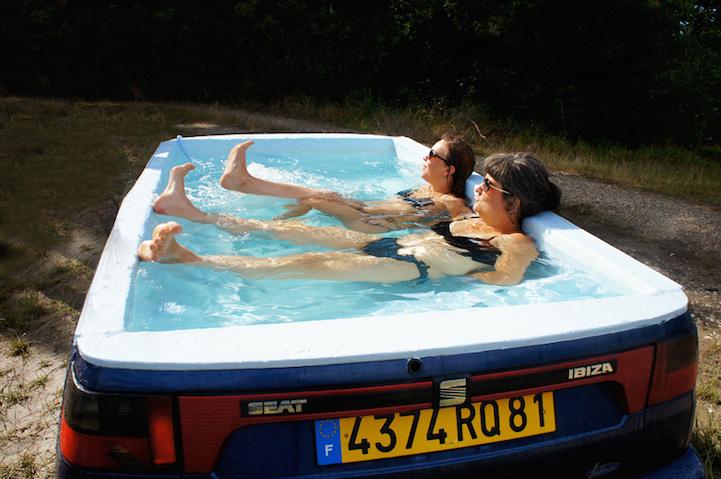 土豪艺术家用车改装成露天浴缸